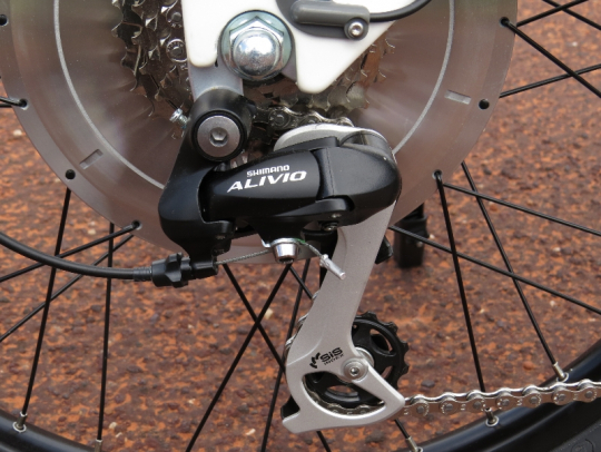 The Shimano Alivio rear derailleur takes care of shifting the 7 speeds available on the Alva +
