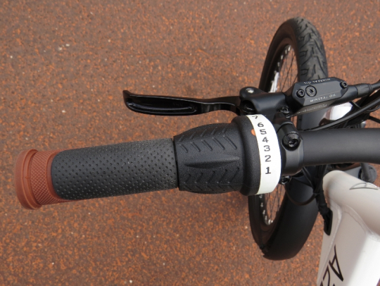 On the left side of the handlebars is the 7 speed grip shifter and the Tektro Aurigia E-Comp Hydraulic disc brake lever.