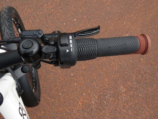 On the right side of the handlebar is the twist grip throttle, Tektro Aurigia E-Comp Hydraulic disc brake lever, and bell.