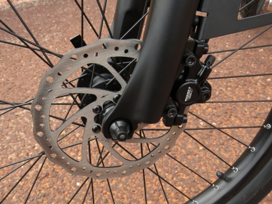 Tektro Aurigia E-Comp hydraulic disc brakes slow the Alva + down.
