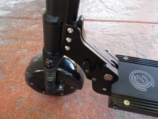 ecoreco-m3-electric-scooter-wheel-lever-closed