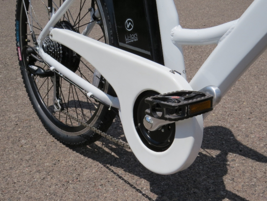 The chainguard provides nice pant leg protection.  A nice touch for this urban e-bike.