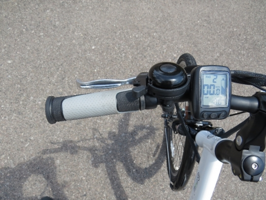 On the left side of the handlebar is the front brake lever, bell, and e-bike display.