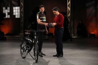michael-devisser-offers-test-ride-to-dragon-bruce-croxon