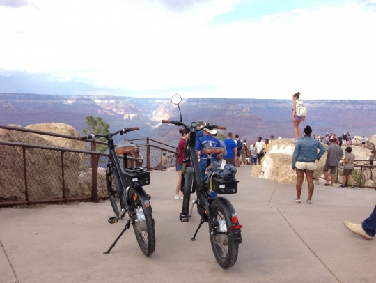 The A2B Alva and A2B Metro e-bikes at the edge of the Grand Canyon